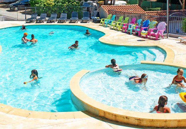 Vue de l'espace aquatique des Playes, notre camping six fours les plages avec piscine
